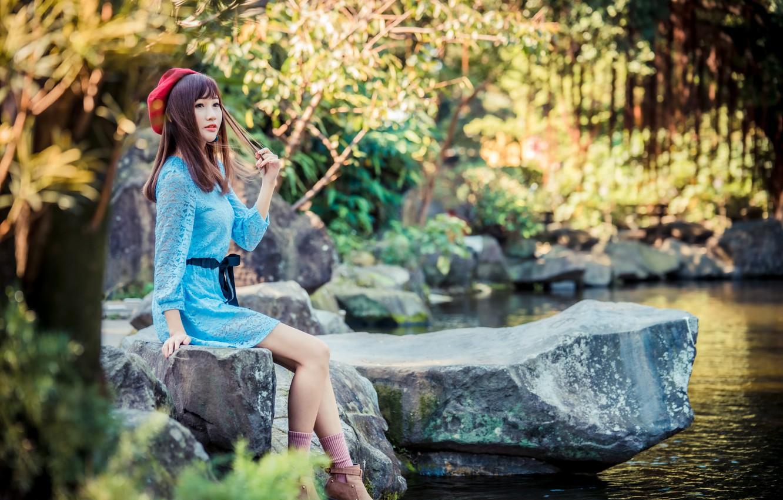 Фото обои девушка, пруд, камни, милая, платье, ножки, азиатка, берет