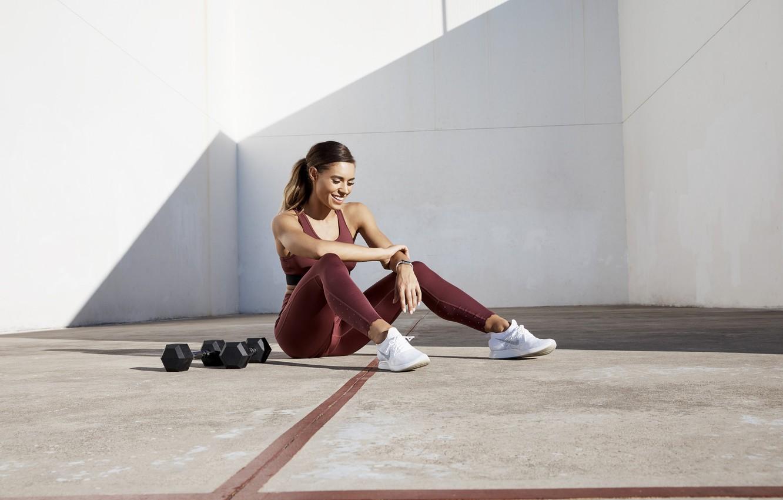 Фото обои взгляд, поза, улица, фигура, фитнес, pose, гантели, dumbbells, Workout, Kelsey Wells