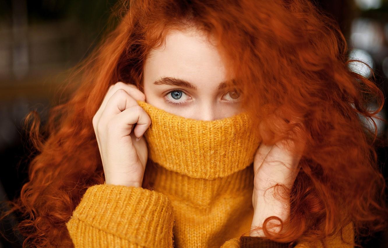 Фото обои взгляд, крупный план, лицо, модель, портрет, руки, макияж, прическа, рыжеволосая, в жёлтом, свитер, боке, закрыла …
