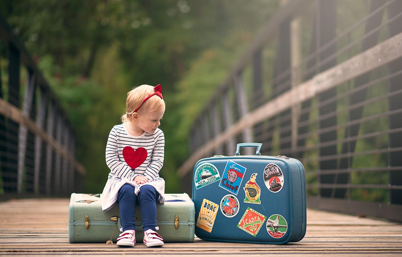 Фото обои девочка, сидит, чемоданы