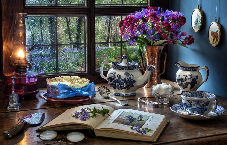 Фото обои цветы, стиль, лампа, букет, чайник, окно, очки, кружка, чашка, торт, сахар, книга, васильки