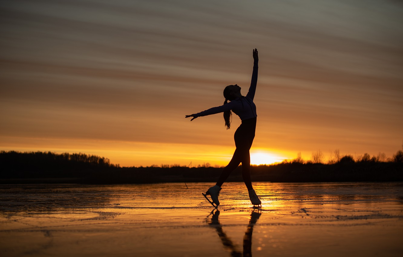 Фото обои девушка, закат, поза, настроение, лёд, фигурное катание, коньки, замёрзшее озеро, Сергей Калабушкин