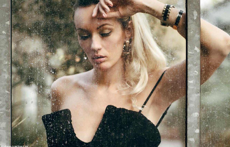 Фото обои стекло, поза, модель, портрет, макияж, прическа, блондинка, красотка, стоит, в черном, боке, Olya Alessandra, Andreas-Joachim …