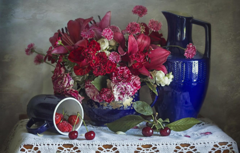 Фото обои цветы, вишня, ягоды, малина, лилии, розы, букет, клубника, кружка, кувшин, салфетка