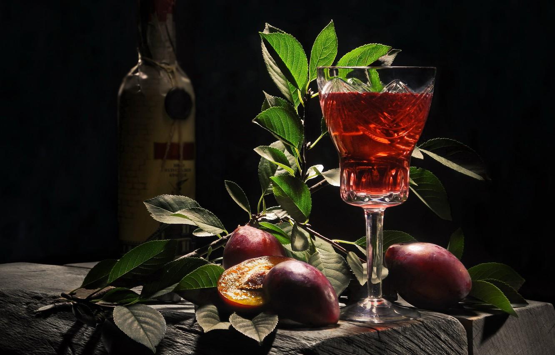 Фото обои листья, ветки, доски, бокал, бутылка, плоды, напиток, сливы, Сергей Фунтовой, сливянка