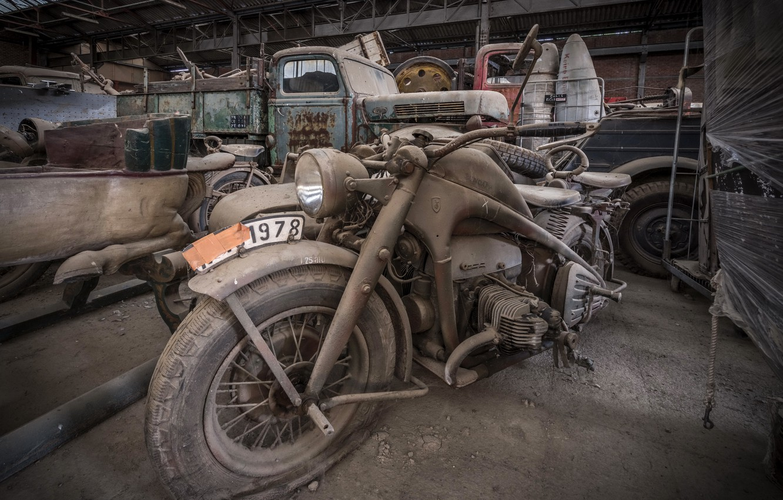 Фото обои гараж, мотоцикл, лом