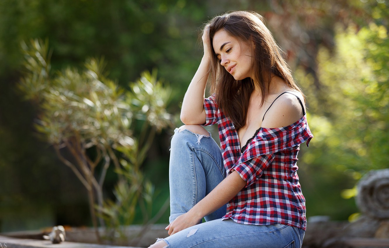 Фото обои girl, cleavage, long hair, breast, photo, photographer, model, jeans, face, brunette, chest, sitting, shirt, portrait, …