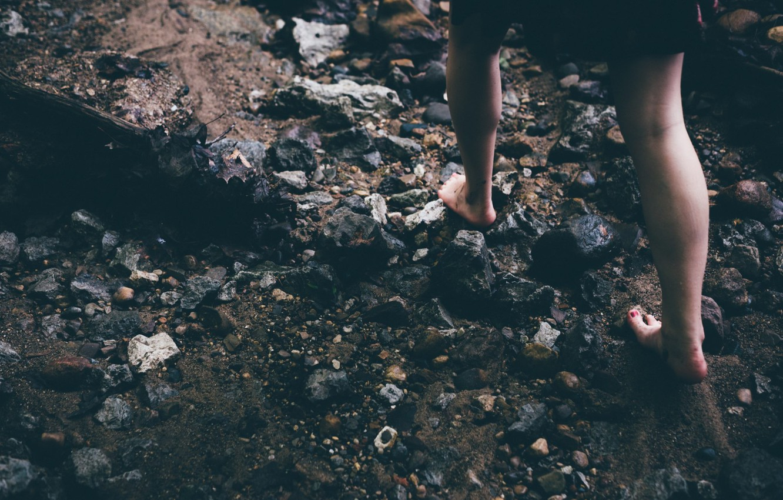 Фото обои девушка, камни, ноги, босиком, идет