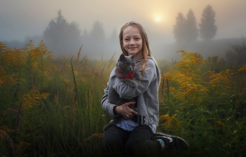 Фото обои поле, осень, кошка, трава, кот, природа, туман, улыбка, настроение, девочка