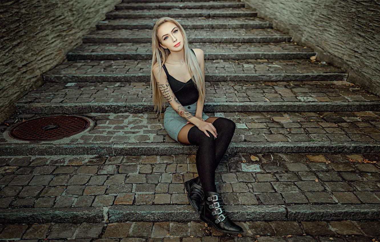 Фото обои взгляд, поза, модель, юбка, портрет, чулки, макияж, майка, фигура, тату, прическа, блондинка, туфли, ступени, ножки, …