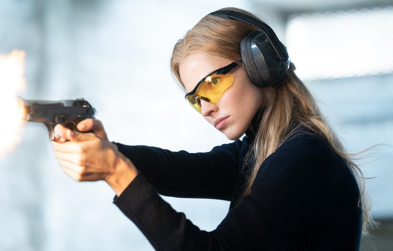 Фото обои взгляд, поза, пистолет, макияж, очки, Анна, Anna, hair, актриса., Люк Бессон, Sasha Luss, Саша Лусс