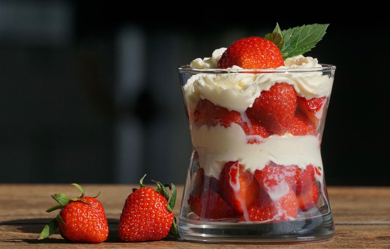 Фото обои стакан, ягоды, сливки, клубника, крем, десерт