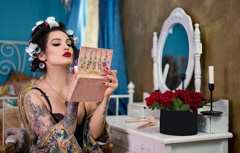 Фото обои девушка, цветы, макияж, зеркало, брюнетка, татуировка, маникюр, бигуди, Anna Rawka