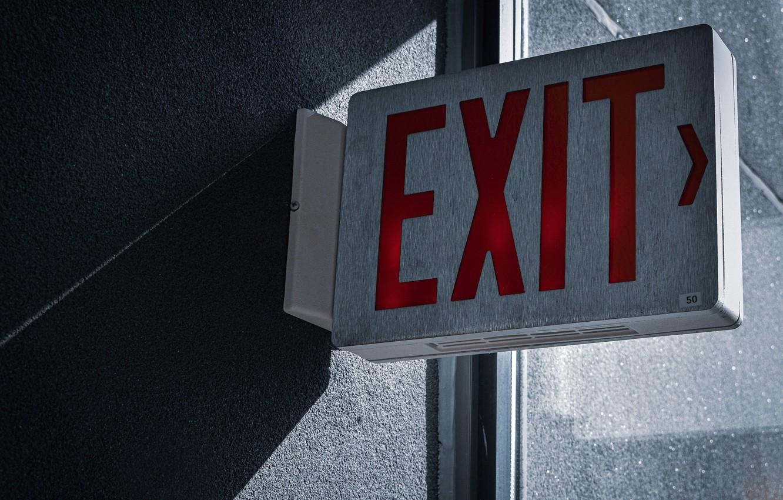 Фото обои стена, знак, указатель, выход