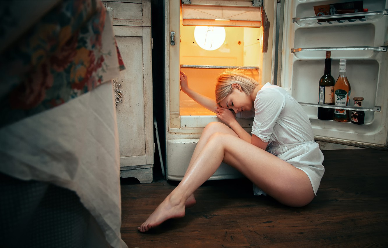 Фото обои девушка, холодильник, ножки, Андрей Васильев, Виктория Соколова
