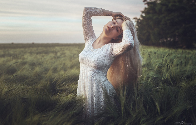 Фото обои поле, девушка, природа, поза, платье, блондинка, травы, Goran Dobožanov