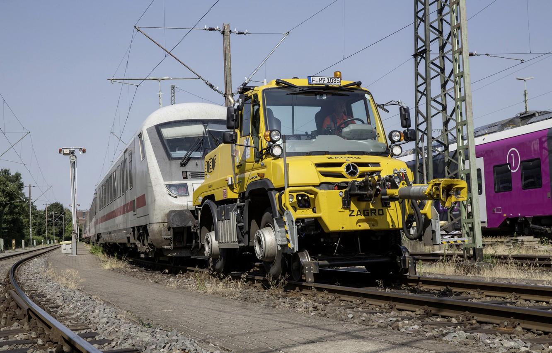 Фото обои жёлтый, рельсы, поезд, Mercedes-Benz, буксир, железная дорога, состав, тягач, спецтехника, Unimog, U423