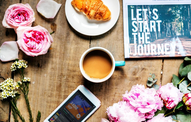 Фото обои стол, кофе, розы, газета, телефон, пионы