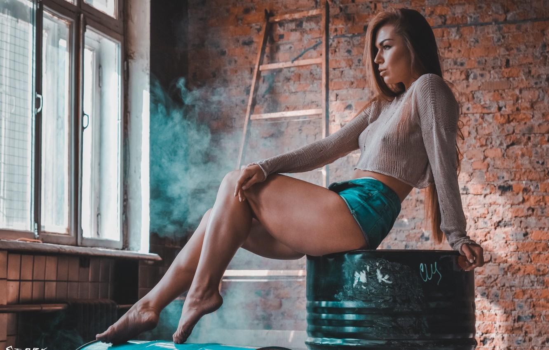 Фото обои girl, wall, shorts, legs, smoke, photo, photographer, bricks, barefoot, model, bokeh, window, lips, brunette, belly, …
