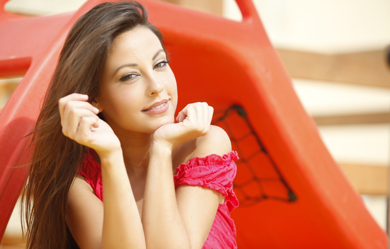 Фото обои взгляд, солнце, лицо, поза, улыбка, модель, портрет, руки, макияж, прическа, шатенка, боке, Lorena Garcia