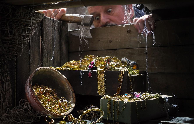 Фото обои сеть, мужчина, топор, драгоценности, ящик, сокровища, Сергей Фунтовой