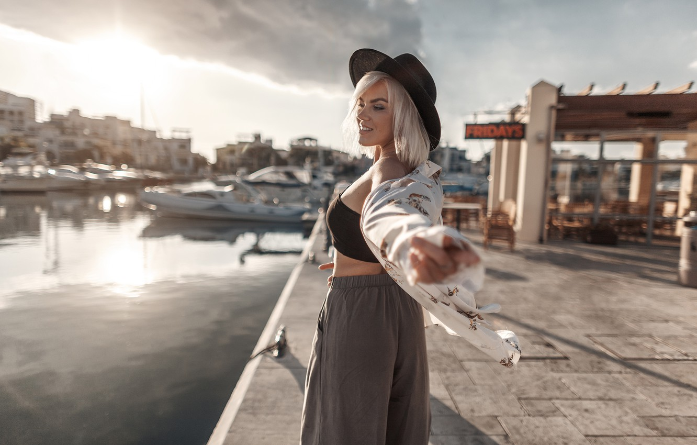 Фото обои девушка, яхты, лодки, шляпа, причал, блондинка, блузка, Gorelikov Andrew