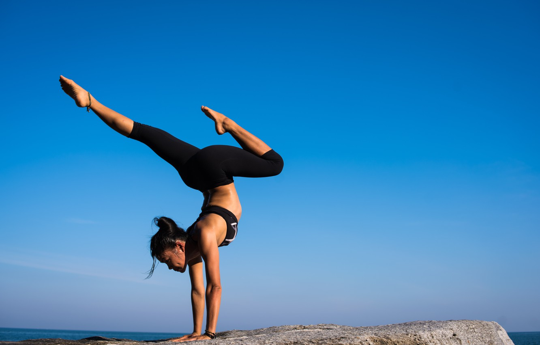 Фото обои море, поза, гимнастика, йога, грация, спортсменка, sea, grace, exercise, blue sky, голубое небо, pose, валун, …