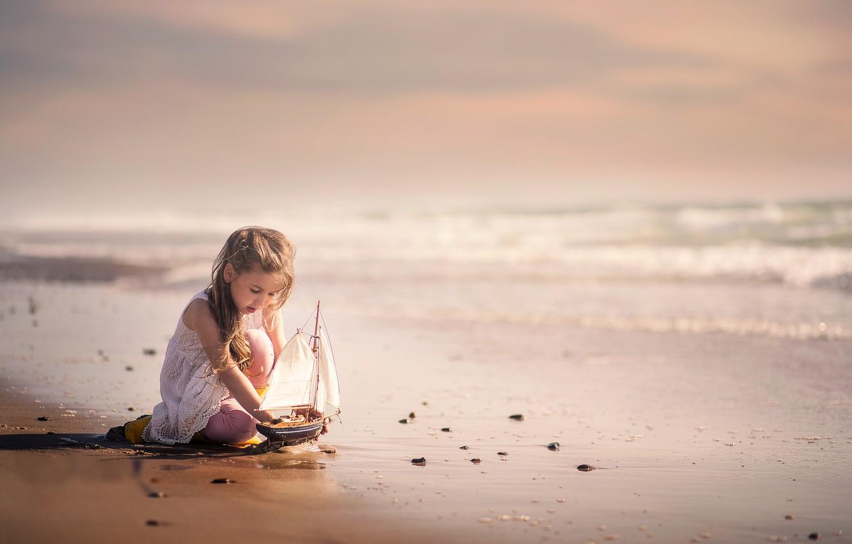 Фото обои море, берег, девочка, кораблик
