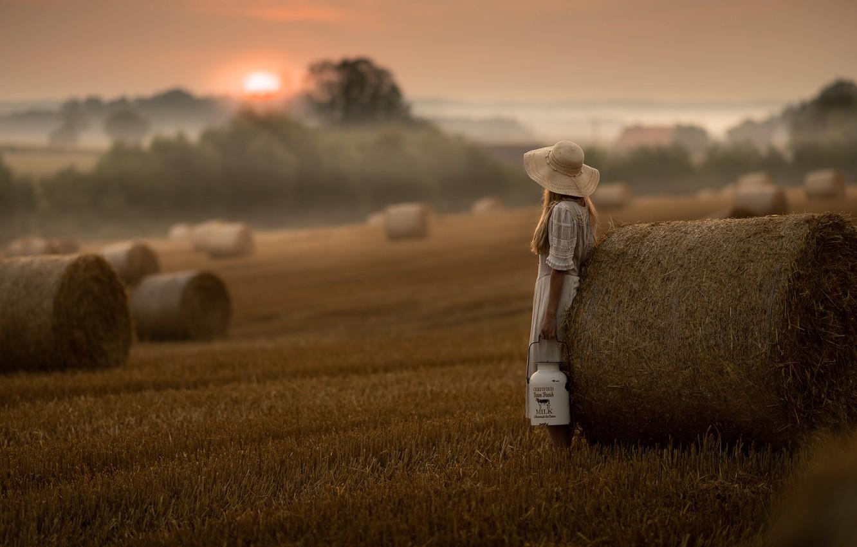 Фото обои закат, туман, сено, девочка