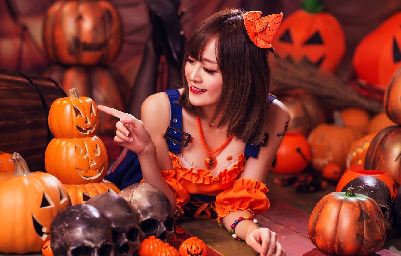 Фото обои осень, взгляд, девушка, лицо, улыбка, стиль, фон, праздник, костюм, наряд, тыквы, черепа, образ, азиатка, хэллоуин, ...