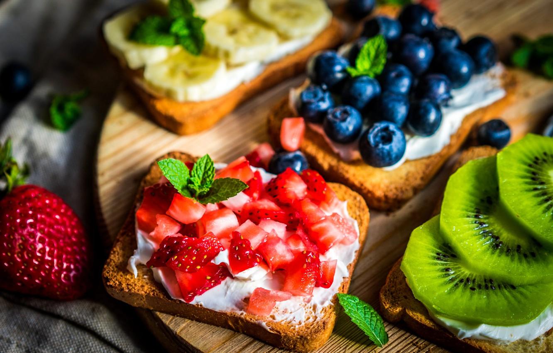 Фото обои листья, ягоды, киви, клубника, хлеб, доска, фрукты, банан, мята, голубика, тосты
