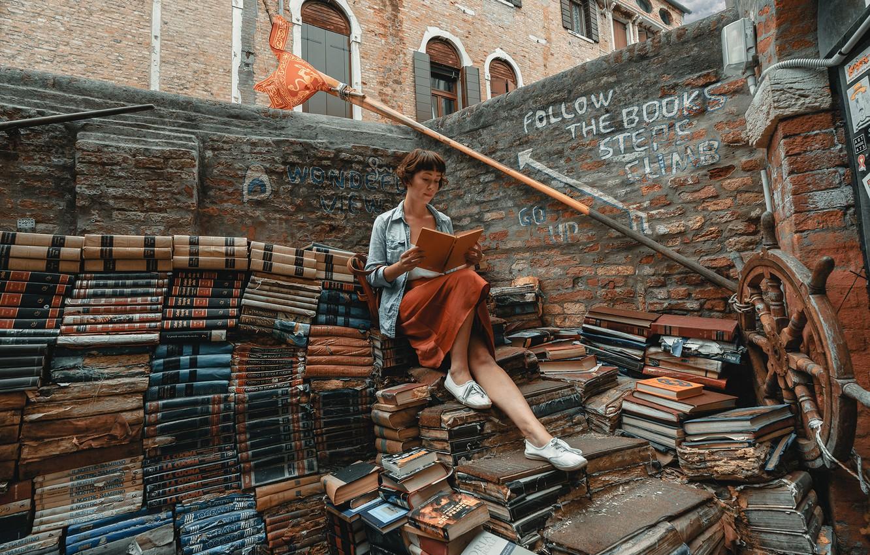 Фото обои девушка, книги, библиотека