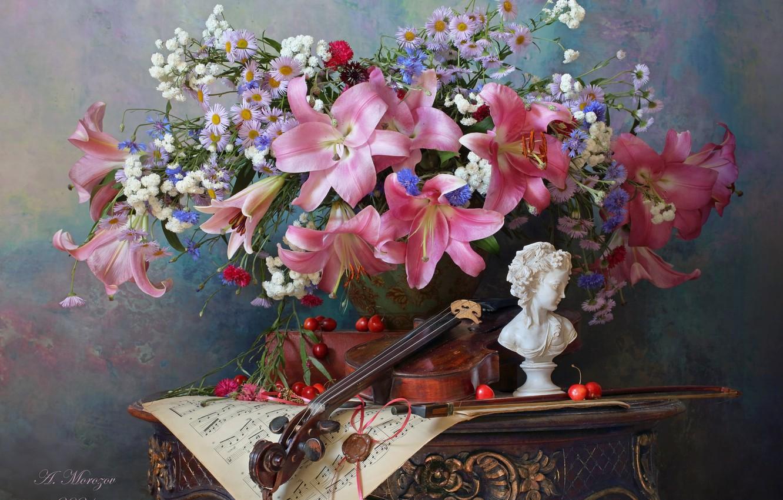 Фото обои цветы, стиль, ягоды, ноты, скрипка, лилии, букет, статуэтка, натюрморт, черешня, васильки, Андрей Морозов