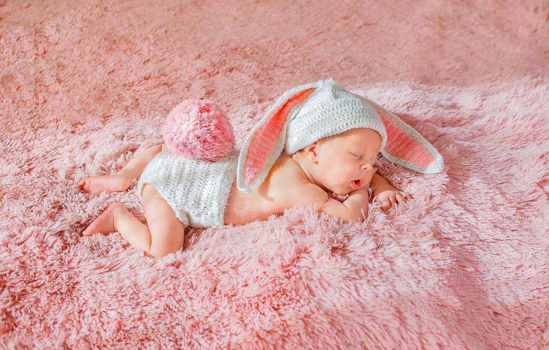 Фото обои ребенок, сон, малыш, мех, зайчик, ушки, шапочка, младенец, хвостик, cap, child, baby, sleep, fur, ears, …