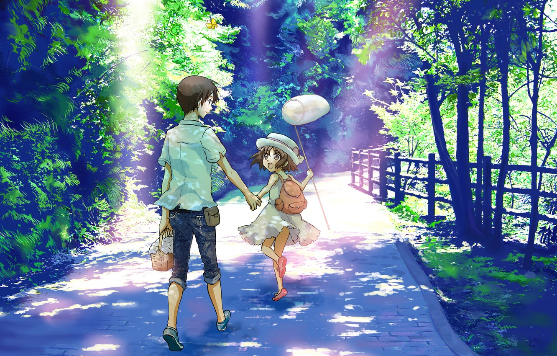 Фото обои лето, радость, дети, забор, джинсы, сачок, шляпка, прогулка, рюкзак, каникулы, солнечный свет, каменная дорожка, зелень …