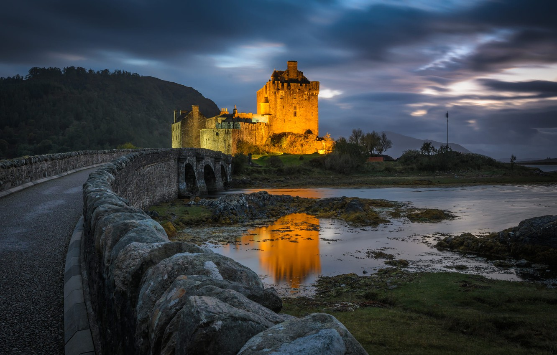 Фото обои дорога, пейзаж, горы, мост, озеро, камни, вечер, Шотландия, освещение, Замок Эйлен Донан