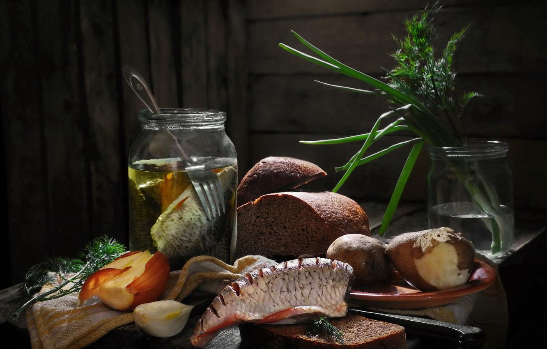 Фото обои зелень, доски, рыба, лук, укроп, тарелка, хлеб, банки, вилка, картошка, плотва, Сергей Фунтовой