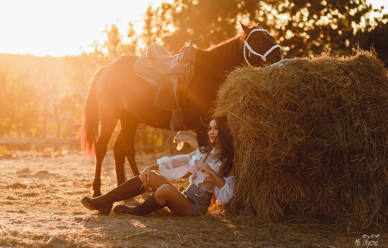 Фото обои девушка, поза, конь, лошадь, сапоги, сено, кипа, Ульяна Мизинова, Анна Суворова