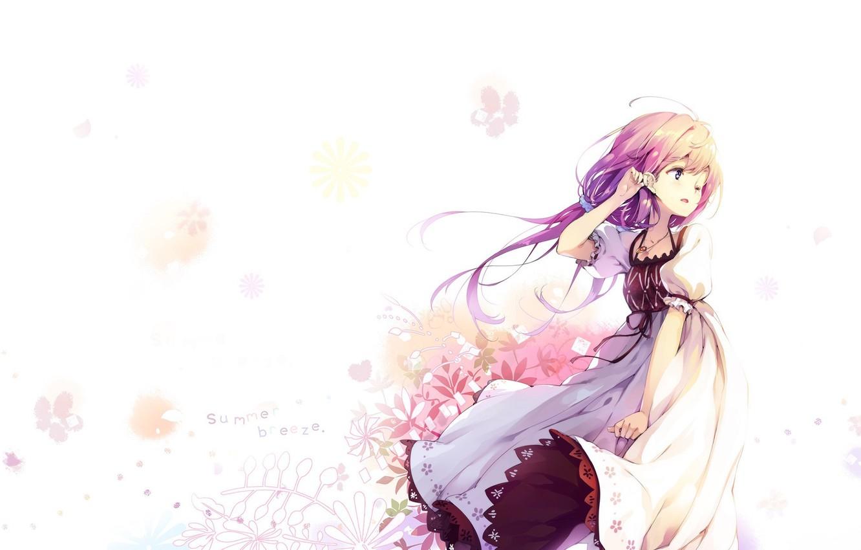 Фото обои ветер, девочка, белый фон, белое платье, чёлка, цветочный узор