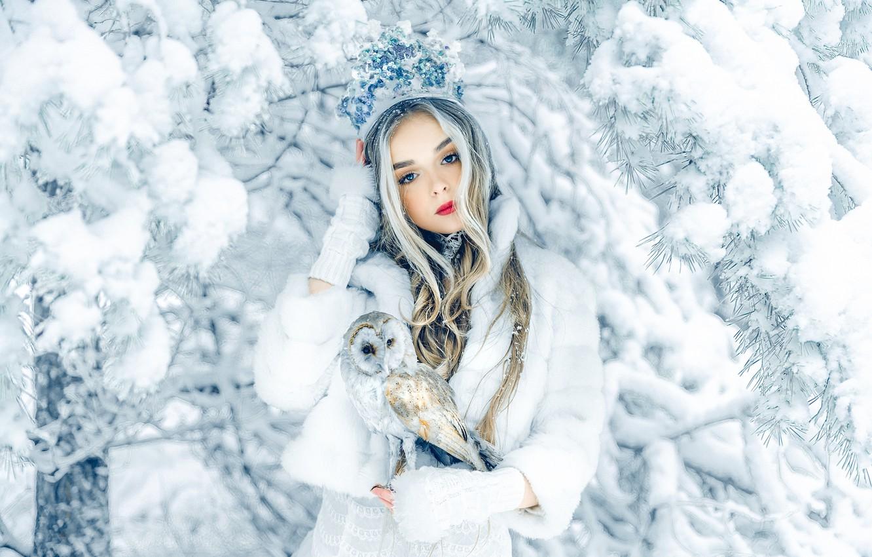 Фото обои зима, девушка, снег, ветки, природа, дерево, сова, птица, корона, блондинка, шуба, Axe, Руслан Болгов