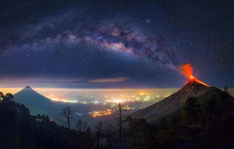 Фото обои city, night, volcan, milkyway, guatemala, tikal