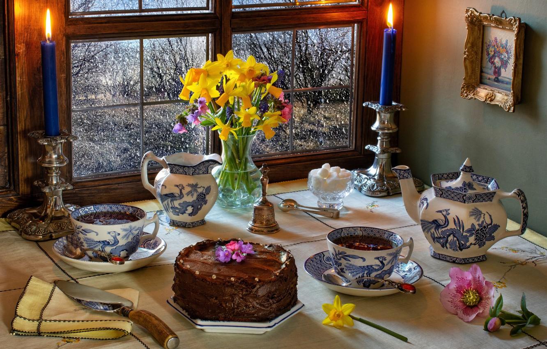 Фото обои цветы, стол, чай, картина, свечи, чайник, окно, чаепитие, чашки, торт, ваза, натюрморт
