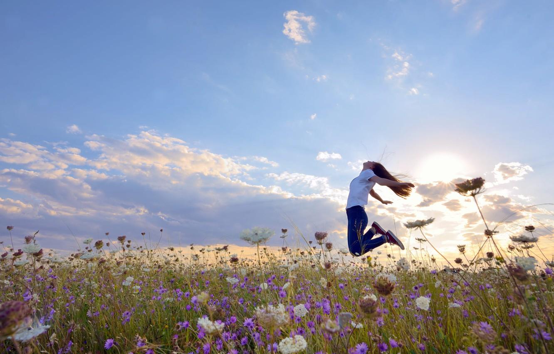 Фото обои поле, лето, небо, девушка, солнце, облака, свет, радость, счастье, цветы, поза, эмоции, настроение, прыжок, джинсы, …