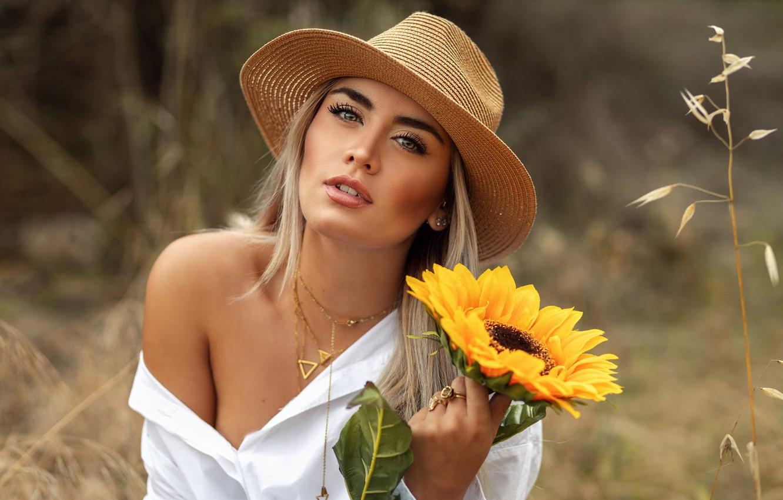 Фото обои трава, девушка, украшения, природа, подсолнух, шляпа, макияж, блондинка, блузка, плечо, David Mas, DAVID MAS