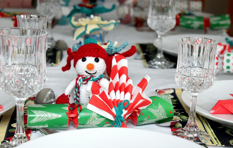 Фото обои зима, стол, праздник, игрушка, бокалы, Рождество, тарелки, Новый год, снеговик, боке, новогодние украшения, праздничный стол, …