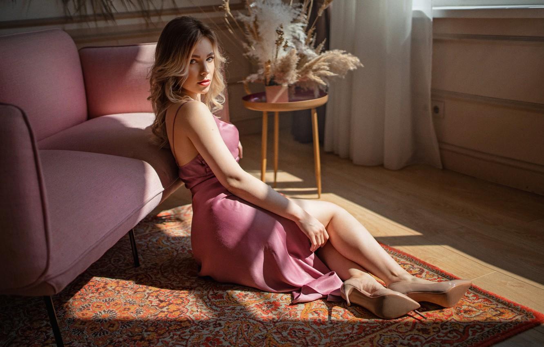 Фото обои девушка, поза, комната, диван, ковёр, платье, блондинка, туфли, столик, локоны, сухоцветы, Алексей Юрьев