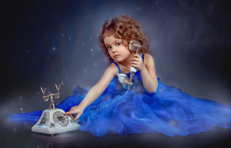 Фото обои взгляд, платье, девочка, наряд, телефон, кудри, ребёнок