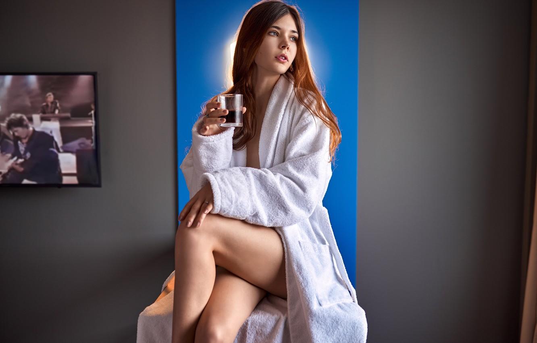 Фото обои стакан, секси, поза, фон, стена, модель, портрет, макияж, фигура, прическа, шатенка, ножки, красотка, сидит, в …