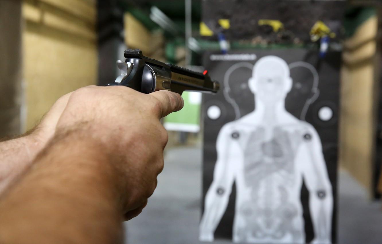 Фото обои gun, white, simulation, practice, practice shooting