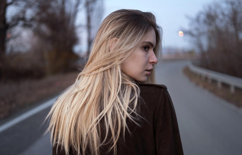 https://img5.goodfon.ru/wallpaper/nbig/a/eb/aleks-five-model-blondinka-stoit-na-doroge-zadom-poza-priche.jpg